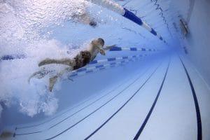 Im Schwimmbad reichen meist die preiswerten Unterwasserkameras